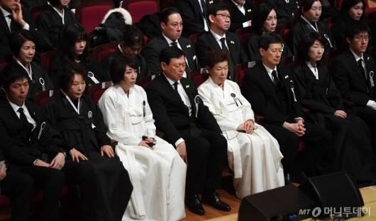 [사진]故 신격호 명예회장 영결식 엄수...슬픔에 잠긴 유가족들