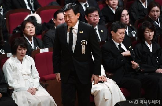 [사진]故 신격호 명예회장 영결식...슬픔에 잠긴 유족들