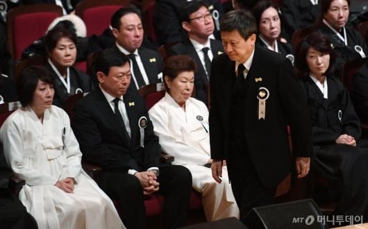 [사진]故 신격호 명예회장 영결식...슬픈 유가족들