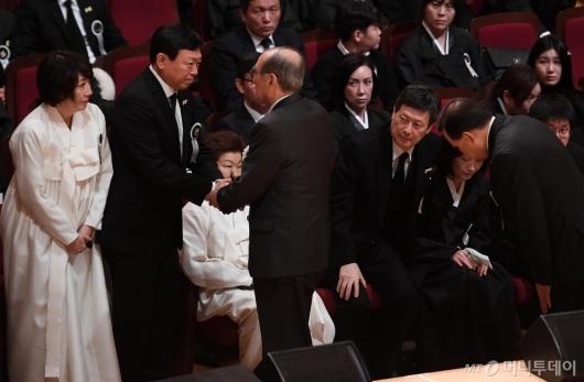 [사진]이홍구 전 총리와 인사하는 신동빈 회장