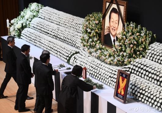 [사진]故 신격호 영결식...헌화하는 유가족들