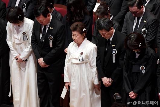 [사진]묵념하는 故 신격호 명예회장 유가족들