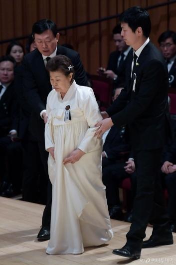 [사진]제단 오르는 미망인 하츠코 여사