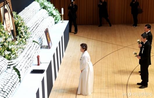[사진]故 신격호 명예회장 영정 앞에 선 유가족들