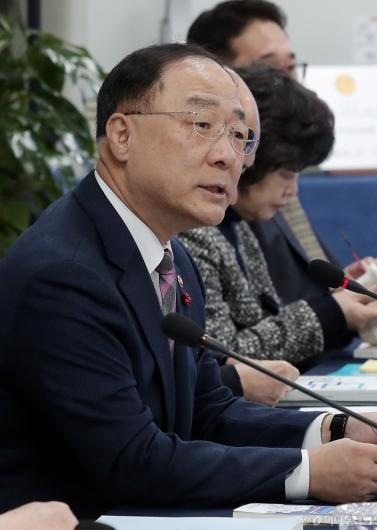 [사진]'소·부·장 경쟁력위원회' 주재하는 홍남기 부총리