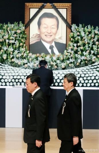 [사진]故신격호 명예회장 영결식 참석한 신동빈-신동주