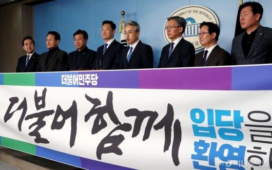 [사진]입당 기자회견하는 박종국 전 편집장