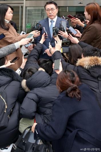 [사진]조용병 신한금융지주 회장, 1심 징역 6월 집행유예 2년 선고