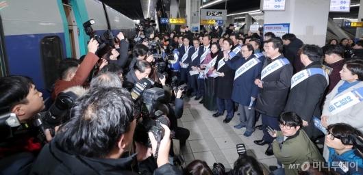 [사진]더불어민주당 귀성객 인사 '뜨거운 취재열기'