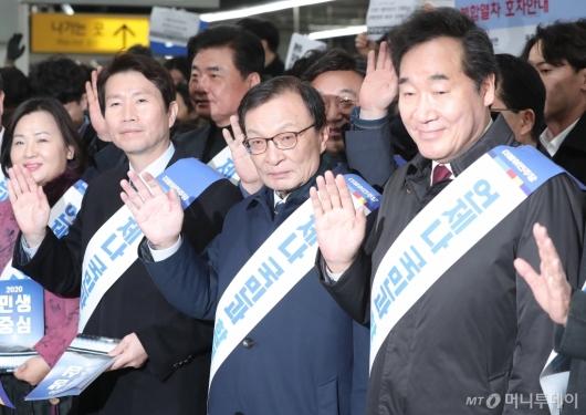 [사진]더불어민주당과 귀성객 인사 나선 이낙연 전 총리