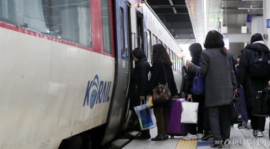 [사진]열차 탑승하는 귀성객들