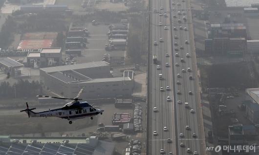 [사진]고속도로 교통상황 점검하는 경찰 헬기