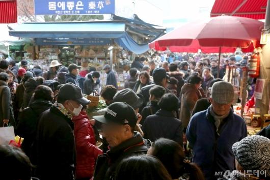 [사진]설 앞두고 북적이는 전통시장