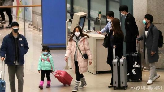 [사진]마스크 쓰고 입국하는 이용객들