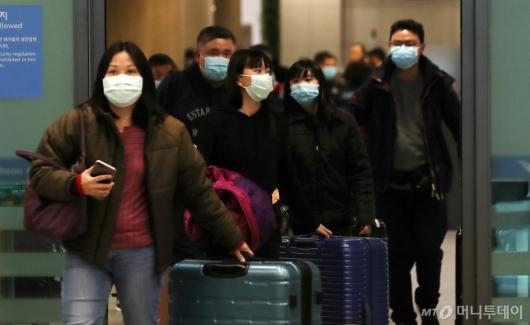 [사진]마스크 쓰고 입국하는 관광객들