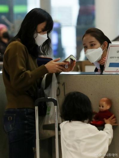 [사진]마스크 쓰고 응대하는 공항 직원