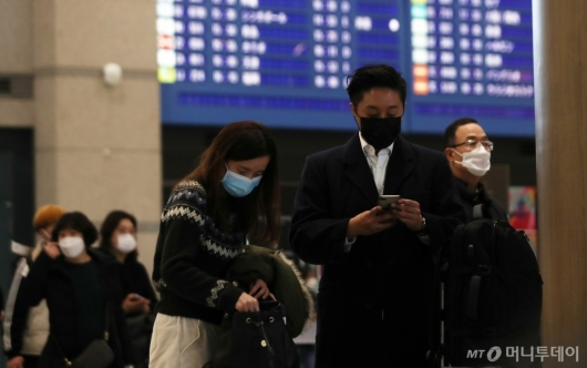 [사진]'우한 폐렴' 확산에 마스크 쓴 이용객들