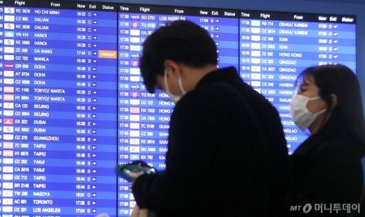 [사진]마스크 쓴 공항 이용객들