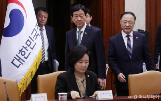 [사진]'우한폐렴' 긴급장관회의 참석하는 홍남기-진영