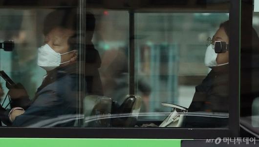 [사진]우한폐렴 '높음' 조정, 버스에서도 마스크 필수