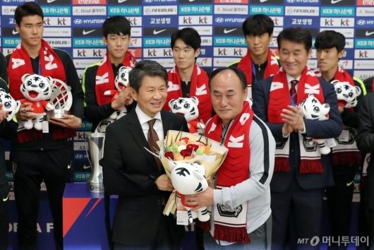 [사진]U-23 대표팀 축하하는 정몽규 회장