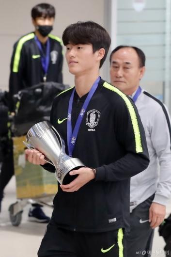 [사진]우승 트로피 든 U-23 주장 이상민