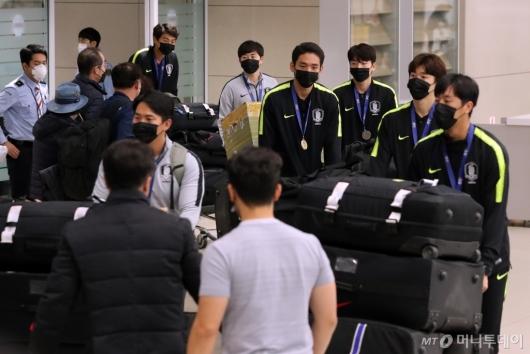 [사진]마스크 쓰고 입국하는 U-23 대표팀