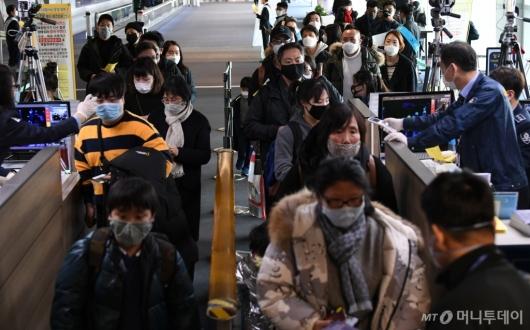 [사진]검역 받는 중국발 항공기 이용객들