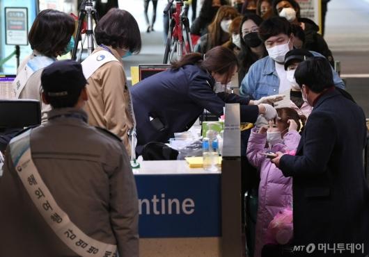 [사진]중국발 입국자들, 건강상태질문서 의무 제출