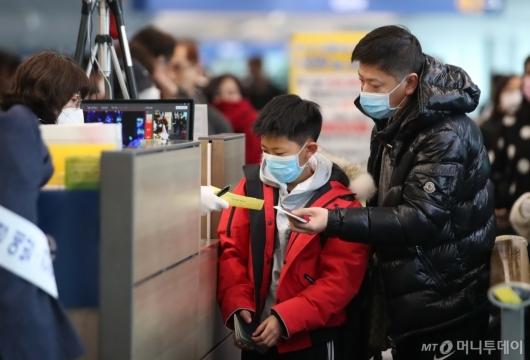 [사진]건강상태질문서 제출하는 중국발 이용객들