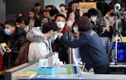 [사진]체온 측정 받는 입국자들