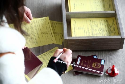 [사진]중국발 입국자들, 건강상태질문서 의무 작성