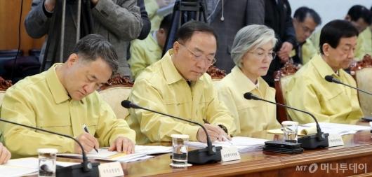 [사진]'신종 코로나바이러스' 대응 발언 듣는 관계장관들