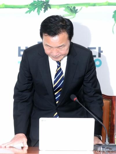 [사진]기자회견 마친 손학규 대표
