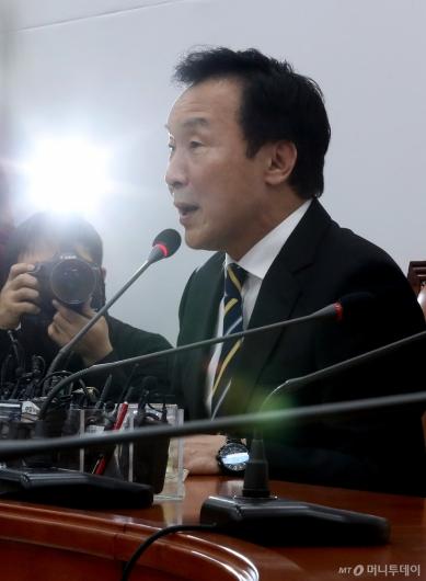 [사진]안철수 관련 발언하는 손학규