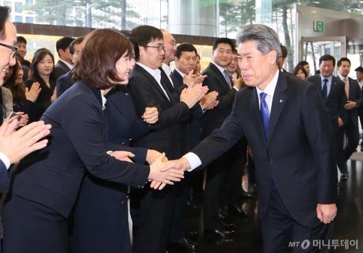 [사진]윤종원 기업은행장 첫 출근