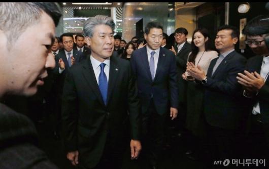 [사진]박수 받으며 출근하는 윤종원 IBK 기업은행장