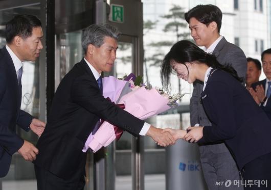 [사진]꽃다발 받는 윤종원 기업은행장