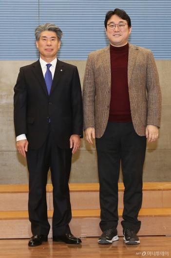 [사진]노조위원장과 나란히 선 윤종원 기업은행장