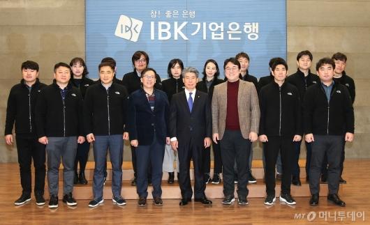 [사진]노조원들과 기념촬영하는 윤종원 기업은행장