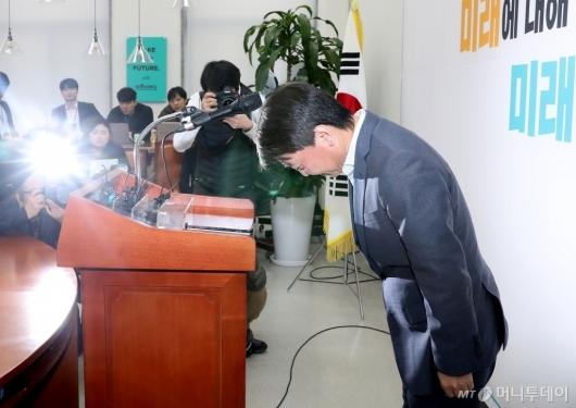 [사진]탈당 기자회견 마친 안철수