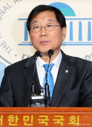 [사진]기자회견하는 윤후덕 신임 원내수석부대표