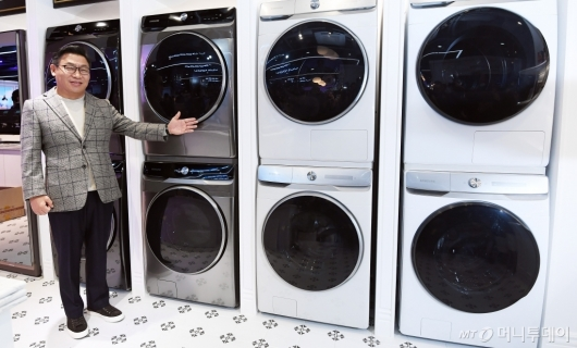 [사진]그랑데 AI 세탁기-건조기 소개하는 이재승 부사장