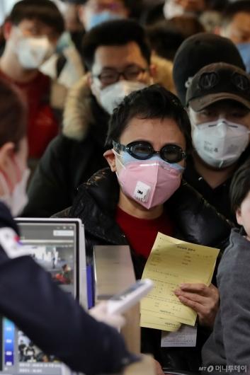 [사진]물안경과 마스크 착용한 중국발 입국자