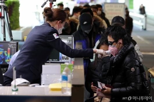 [사진]발열검사 받는 중국발 입국자들