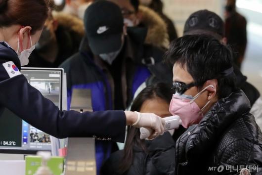 [사진]'우한 폐렴 공포' 마스크와 물안경