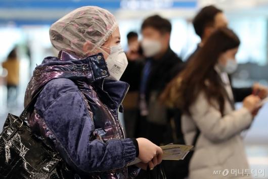 [사진]'마스크와 샤워캡까지 착용'