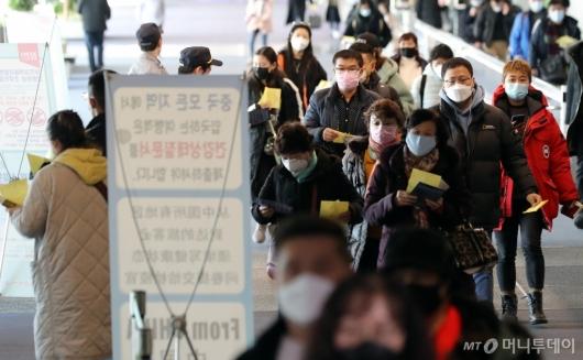 [사진]건강상태 질문서 든 중국발 입국자들