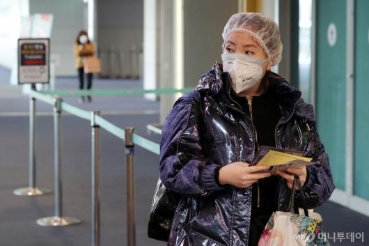 [사진]'우한 폐렴' 전염 예방을 위한 마스크와 샤워캡