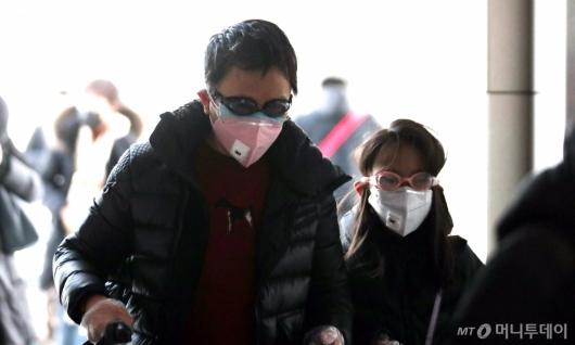 [사진]물안경과 마스크 쓴 중국 모녀